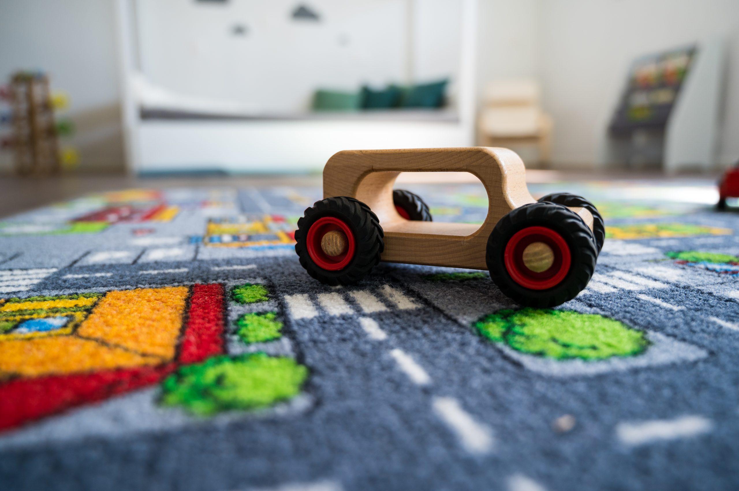 Spielauto auf einem Teppich in der Kita