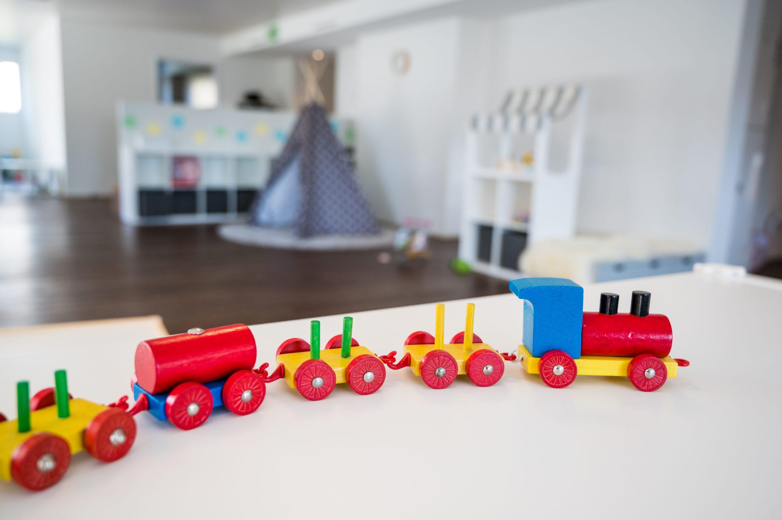 Spieleisenbahn, im Hintergrund die schöne Kindertagesstätte Triengen