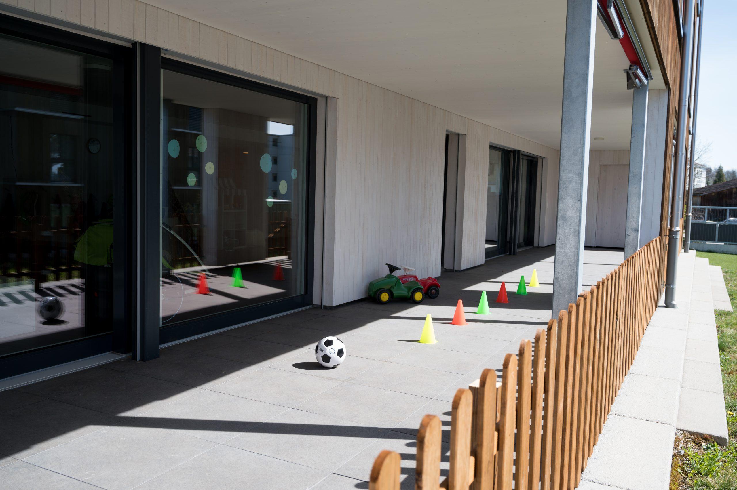 Geschützter Aussenbereich, wo die Kinder bei schönem Wetter spielen können