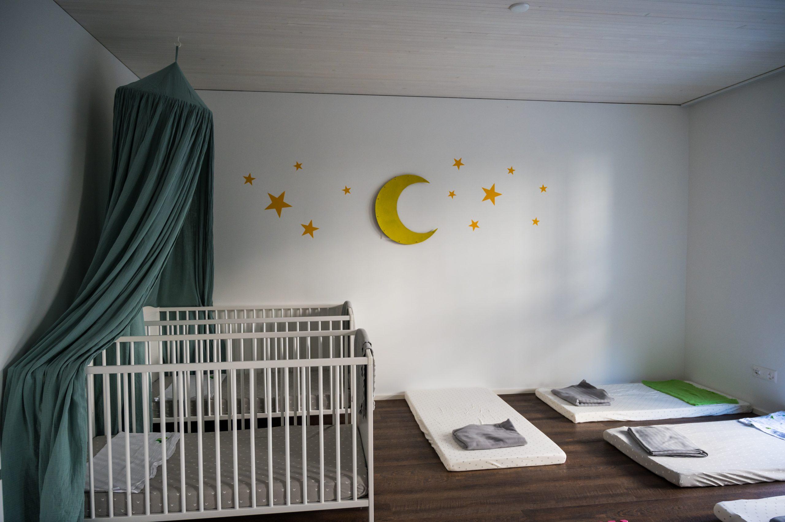 Blick ins Schlafzimmer, wo sich die Kinder und Babies erholen können